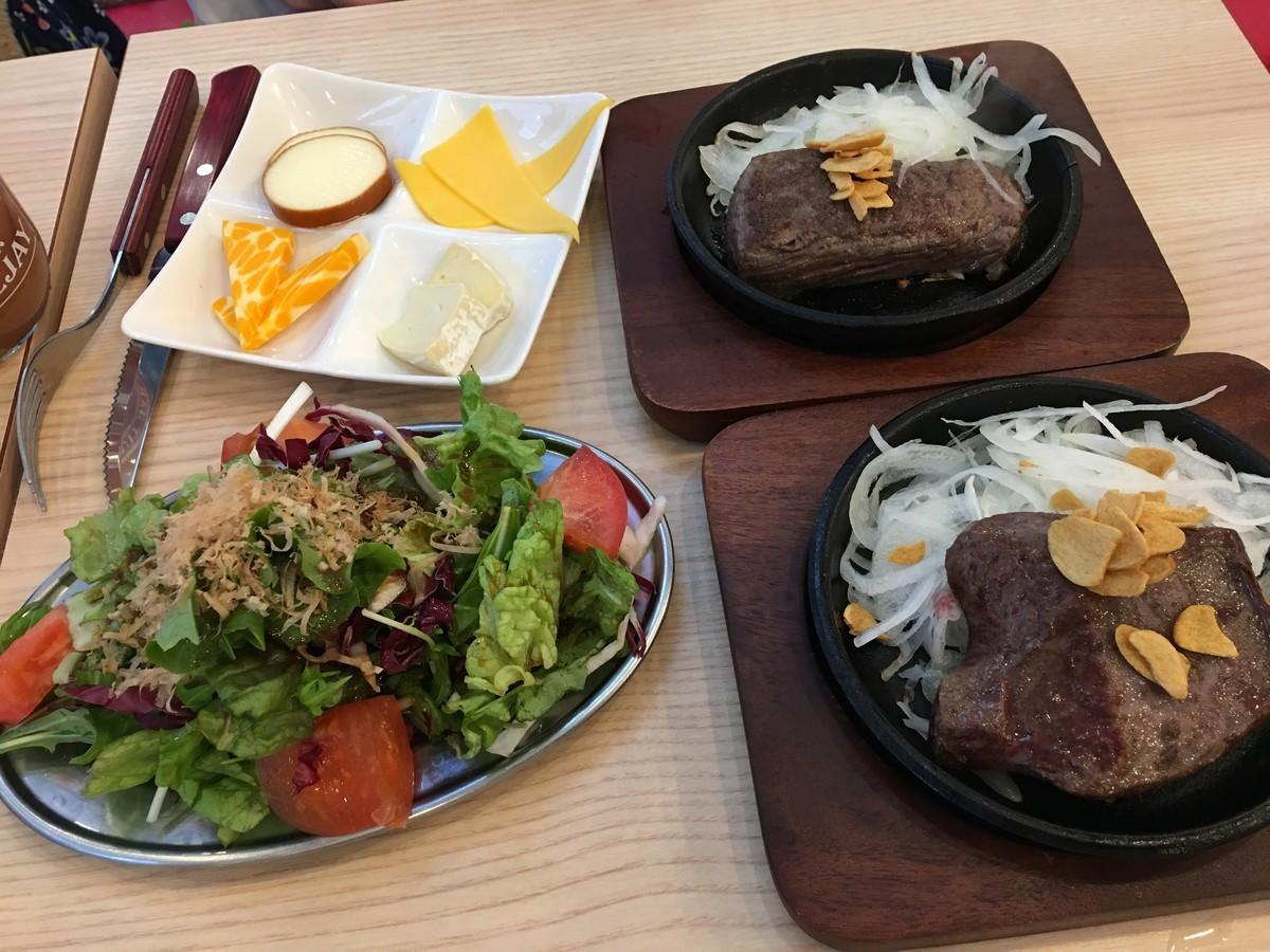 ステーキとサラダなど1000円で満腹になります