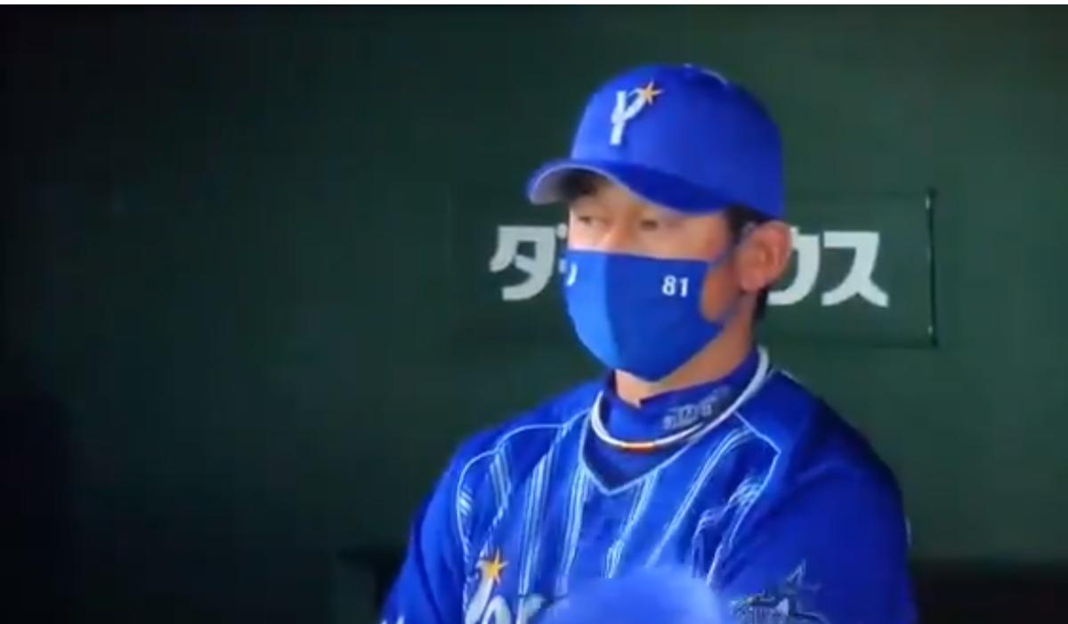 亀井のサヨナラホームランを見る三浦監督