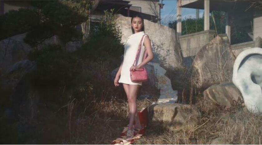 着物の帯を踏んだ「ヴァレンティノ」の広告に批判!モデルのKoki帯踏みつけ削除へ