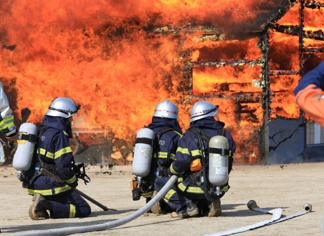 影像!東大阪市玉串町東2丁目付近近藤化学工業で建物火災