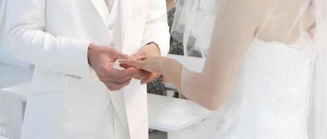 指輪を渡してプロポーズ