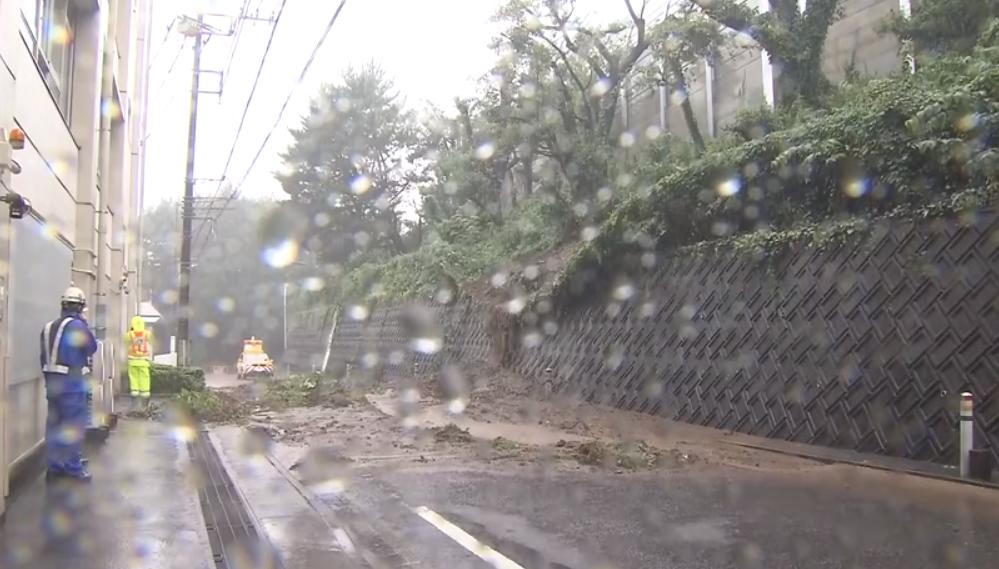 神奈川県大和市東名高速脇の斜面が崩れる土砂崩れ発生