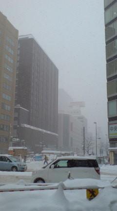 同左交差点で札幌駅方面を望む