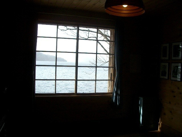 2階の寝室からは湖畔が