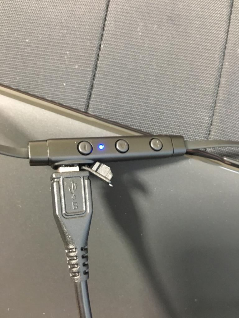 充電中で青くい光っているリモコン
