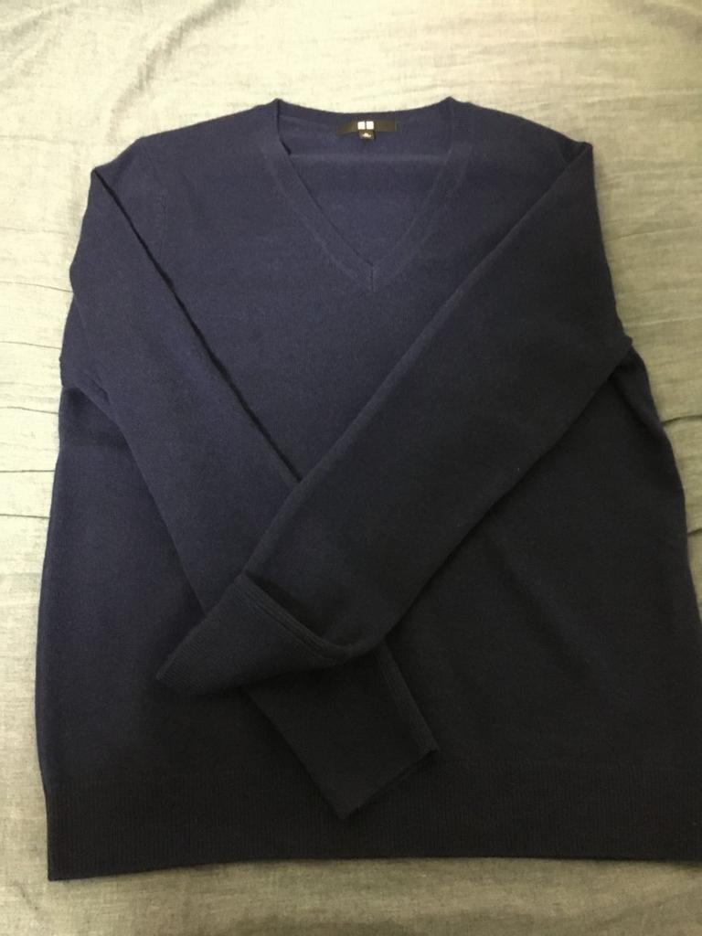 ユニクロの青いカシミヤセーターの全体