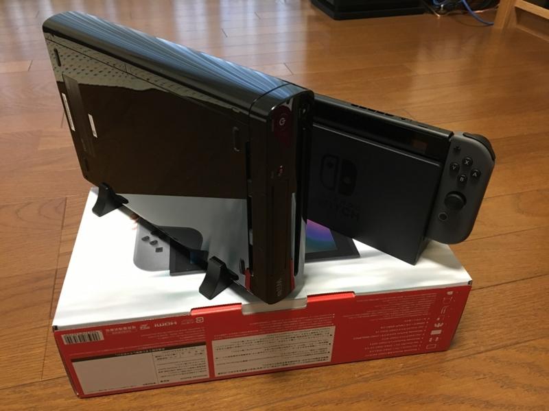 WiiUとニンテンドースイッチ本体のサイズを比べたもの