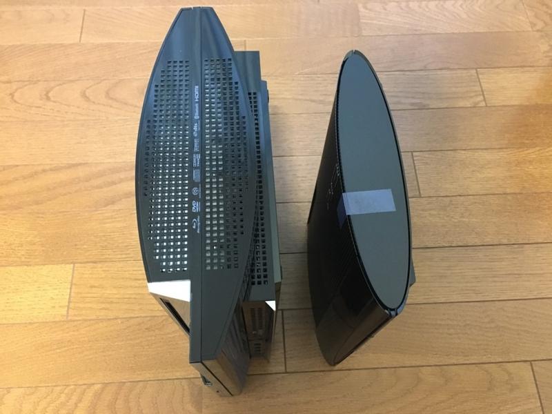 初期型PS3と新型PS3の厚さを比べた写真