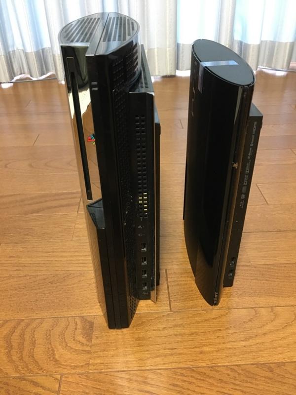 初期型PS3と新型PS3の高さを比べた写真
