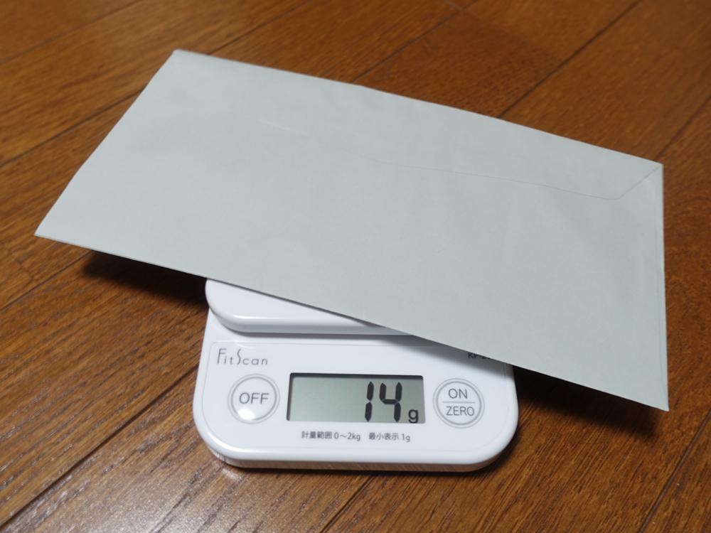 タニタのデジタルクッキングスケールKF-200で郵便物を計量