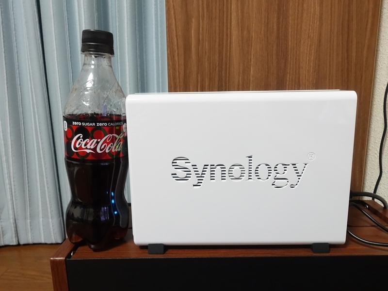 SynologyのNAS・DS218jと500mlペッドボトルのコーラを比べたもの