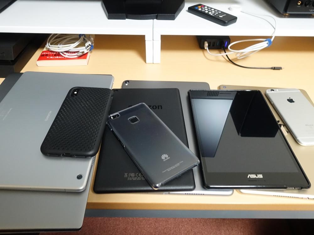 大量にあるスマートフォン、タブレット、ノートパソコン