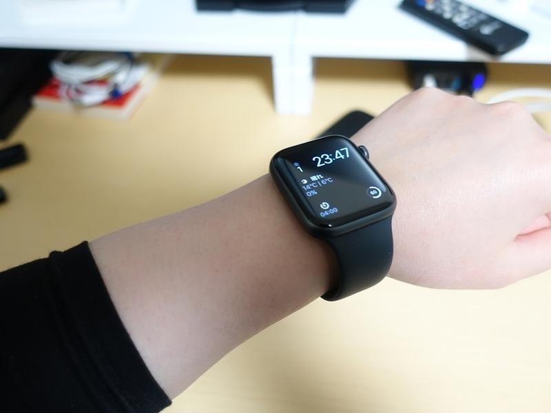 Apple Watch Series4を腕に付けている画像