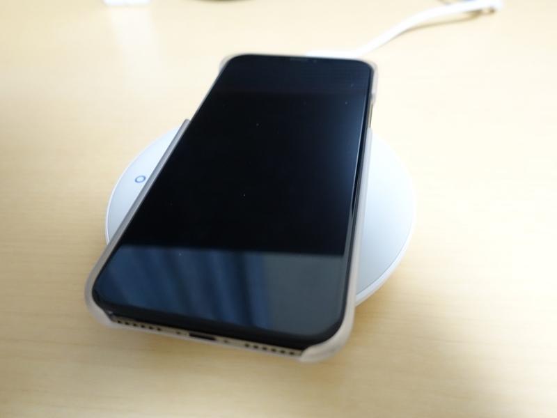 AndMesh iPhone X ケース Basic Caseを付けてQiで充電した画像