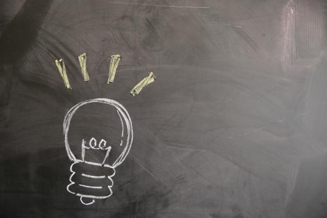 黒板に書かれた電球の画像