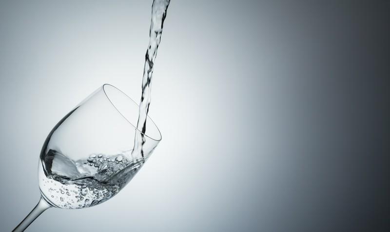 グラスに注がれた水の写真