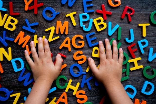 アルファベットと子供の手の写真
