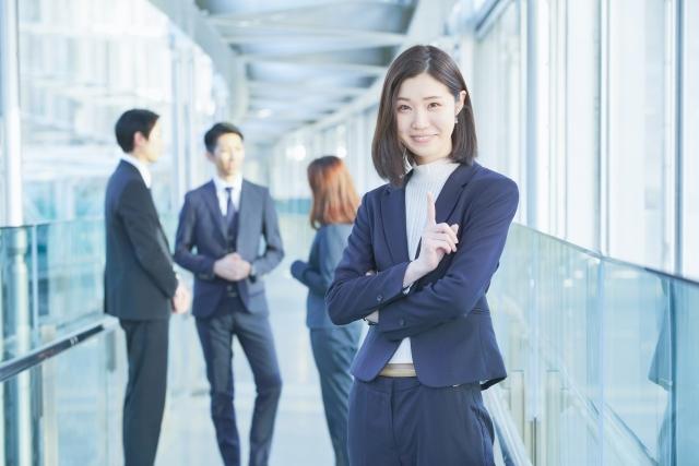 スーツ姿の女性の写真
