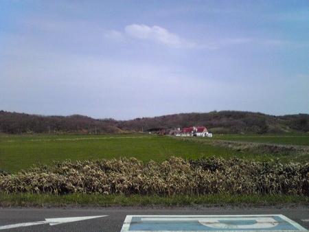 オロロンラインの陸側にやっと見えた民家らしきもの