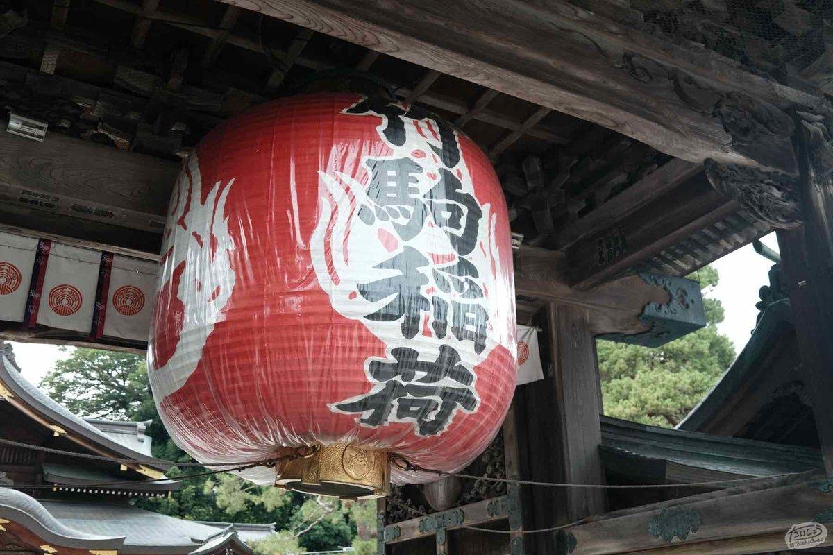 竹駒神社の唐向門に下がる大きな提灯