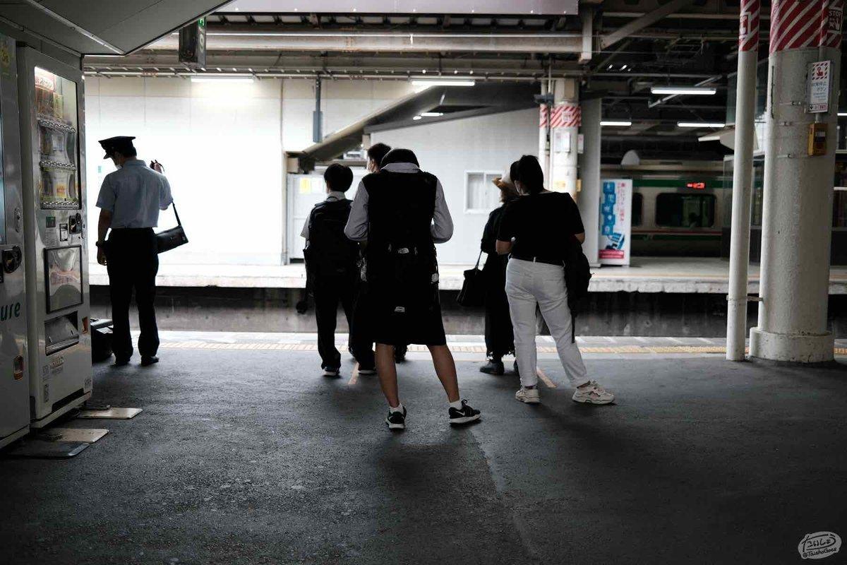 駅のホームで列車を待つ人の列