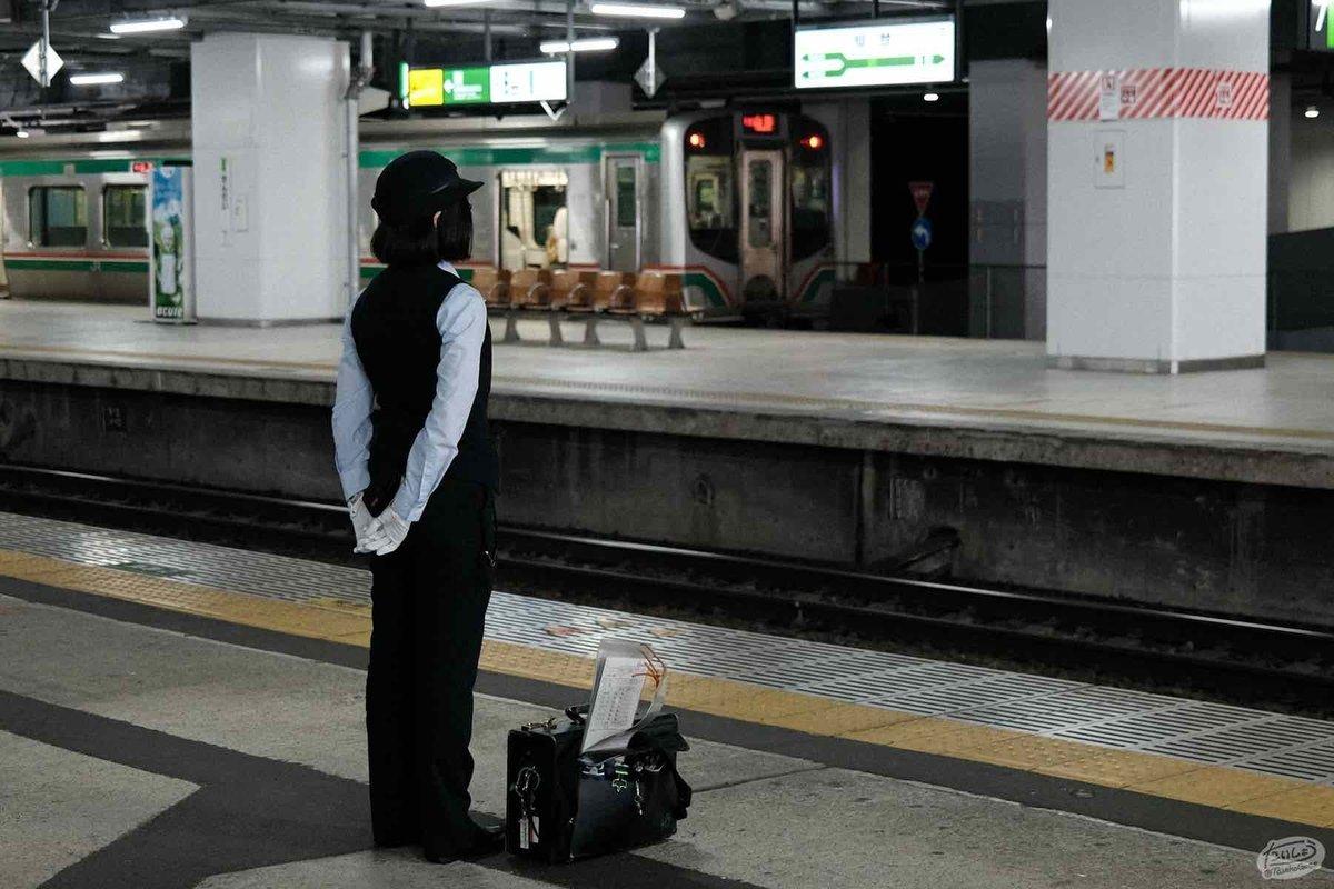 列車を待つ女性の運転士