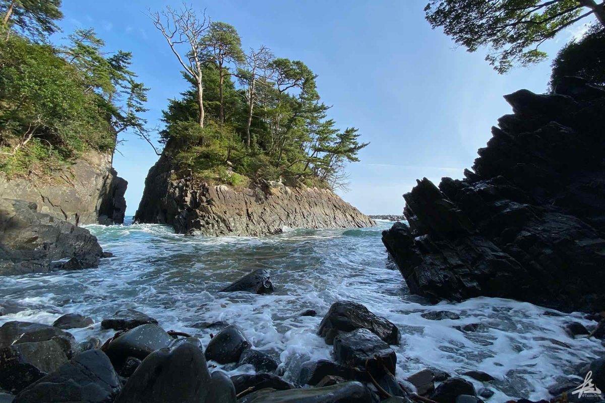神割崎には荒々しい波が打ち寄せていました