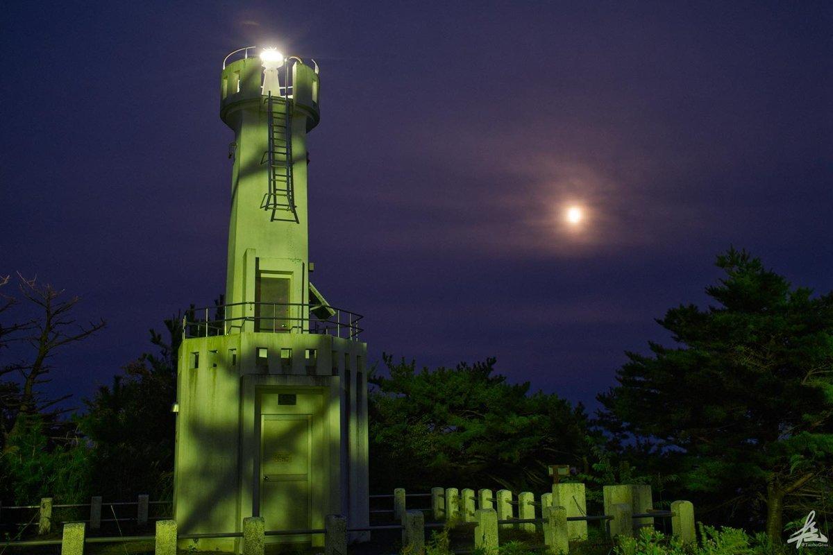 寺浜灯台とおぼろ月