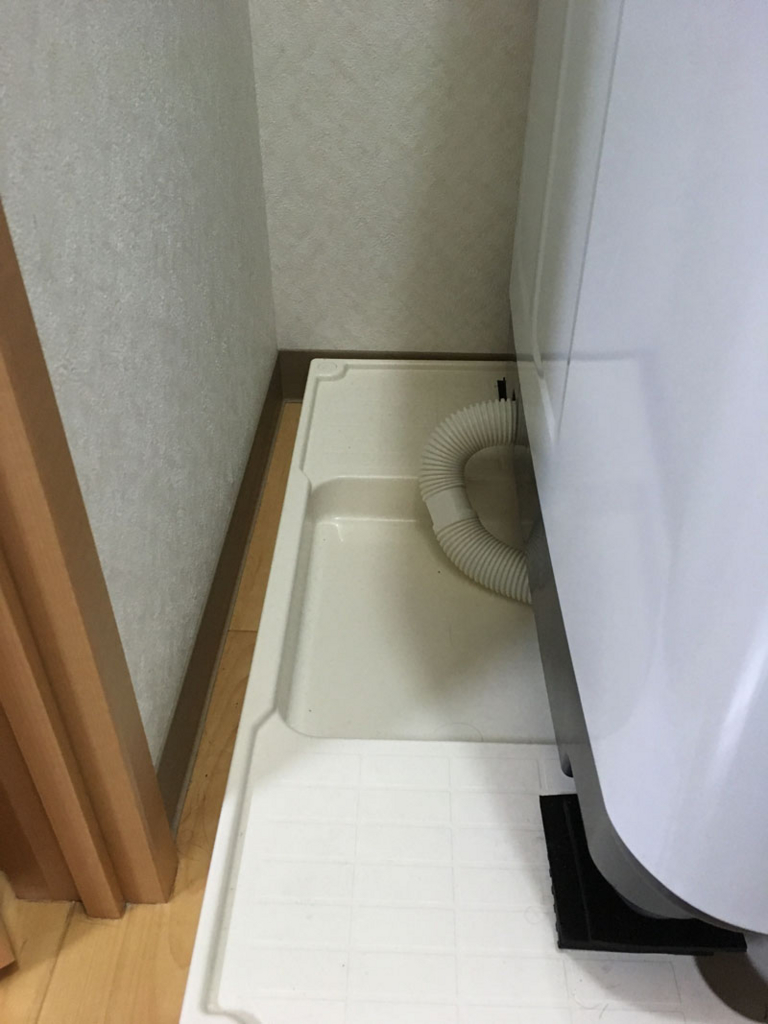 洗濯機の隙間を有効活用。防水パンの棚をDIY