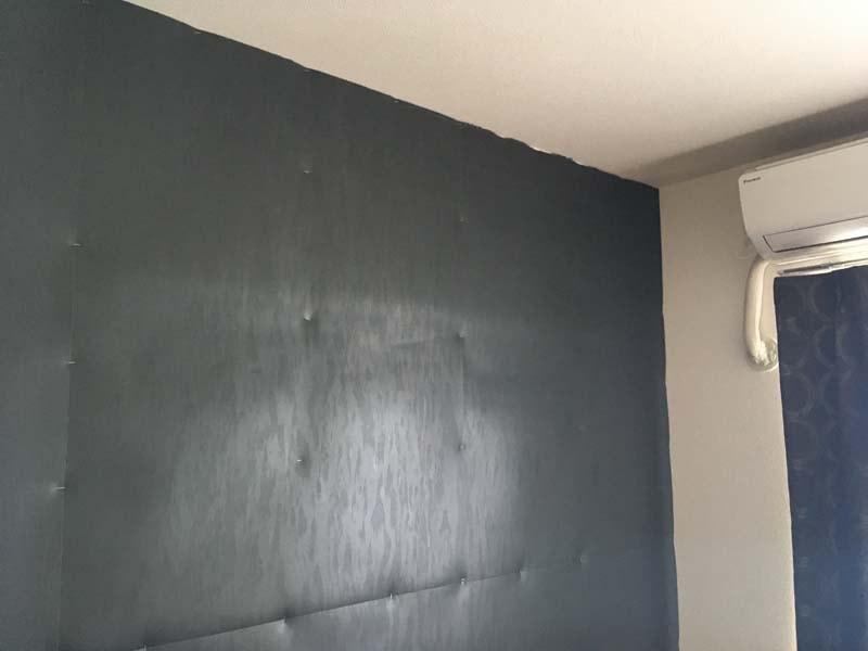 遮音シートを壁に貼り付けた