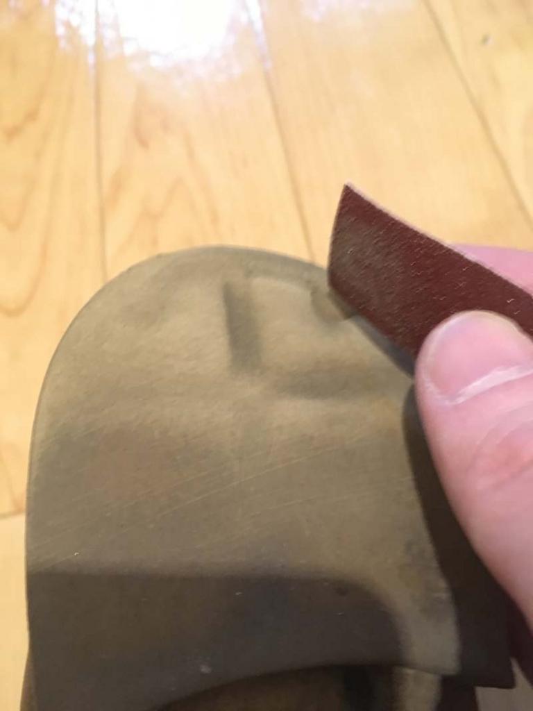 靴底を紙ヤスリで削る