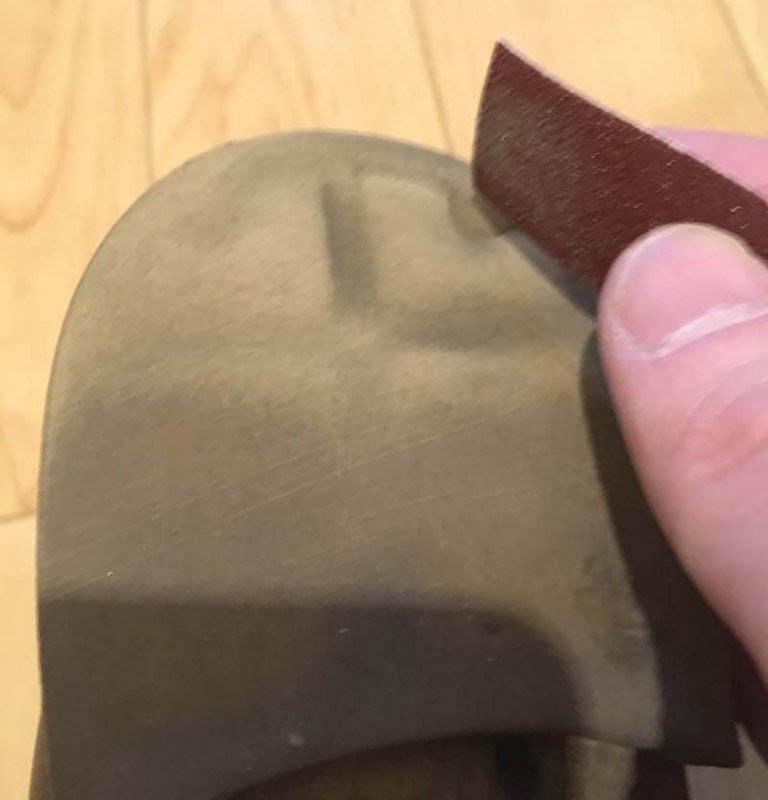 靴底の補修材をつけるためにヤスリで削る