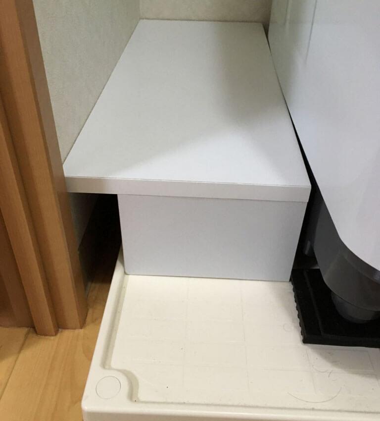 組み立てた棚を洗濯機のスペースにはめる