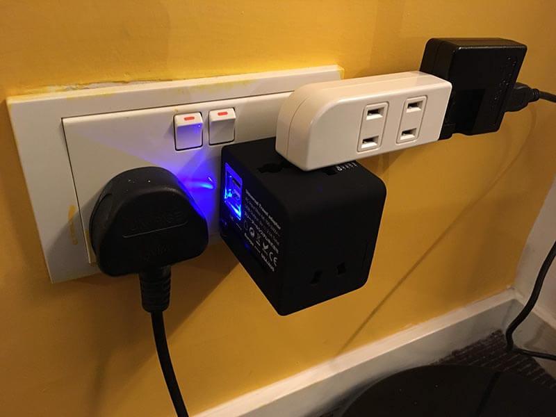 電源タップをつかえば、旅友達と一緒に使える。