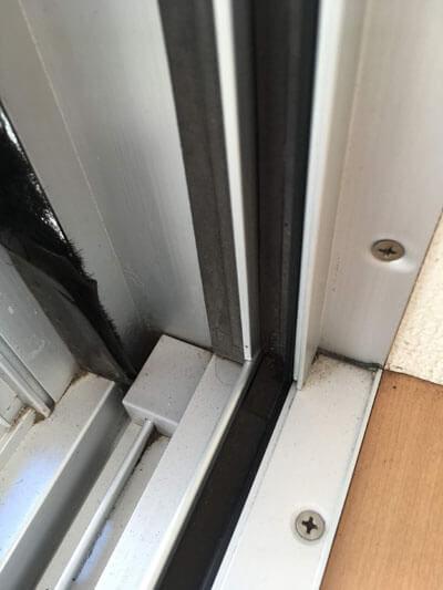 窓のサッシ・開閉部分