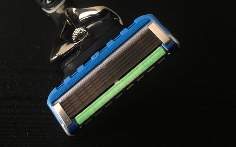 刃の厚みが薄い5枚刀で深剃りが可能