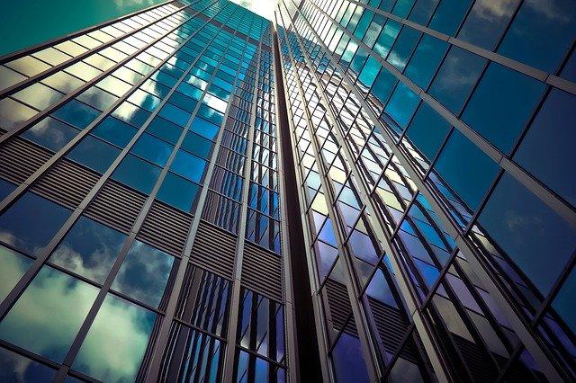 ガラス張りの超高層ビル