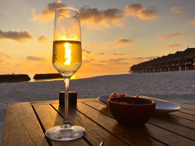 南国の砂浜で飲むシャンパン