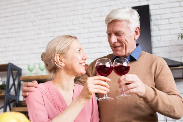 赤ワインで乾杯するふたり