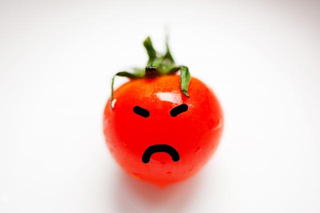腹が立っているトマト