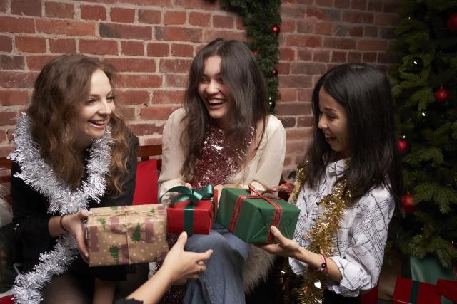 クリスマスパーティー クリスマスプレゼントを持つ女性