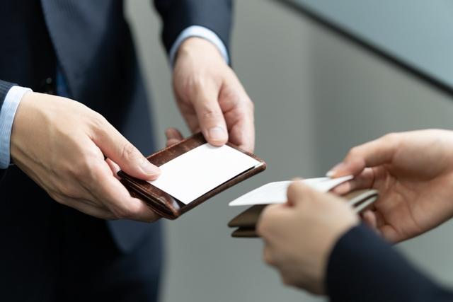 名刺交換をするビジネスマンの手元のアップ