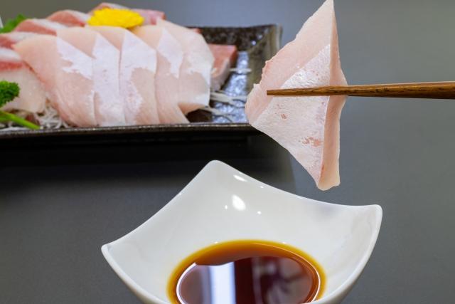 ブリの刺身を食べる