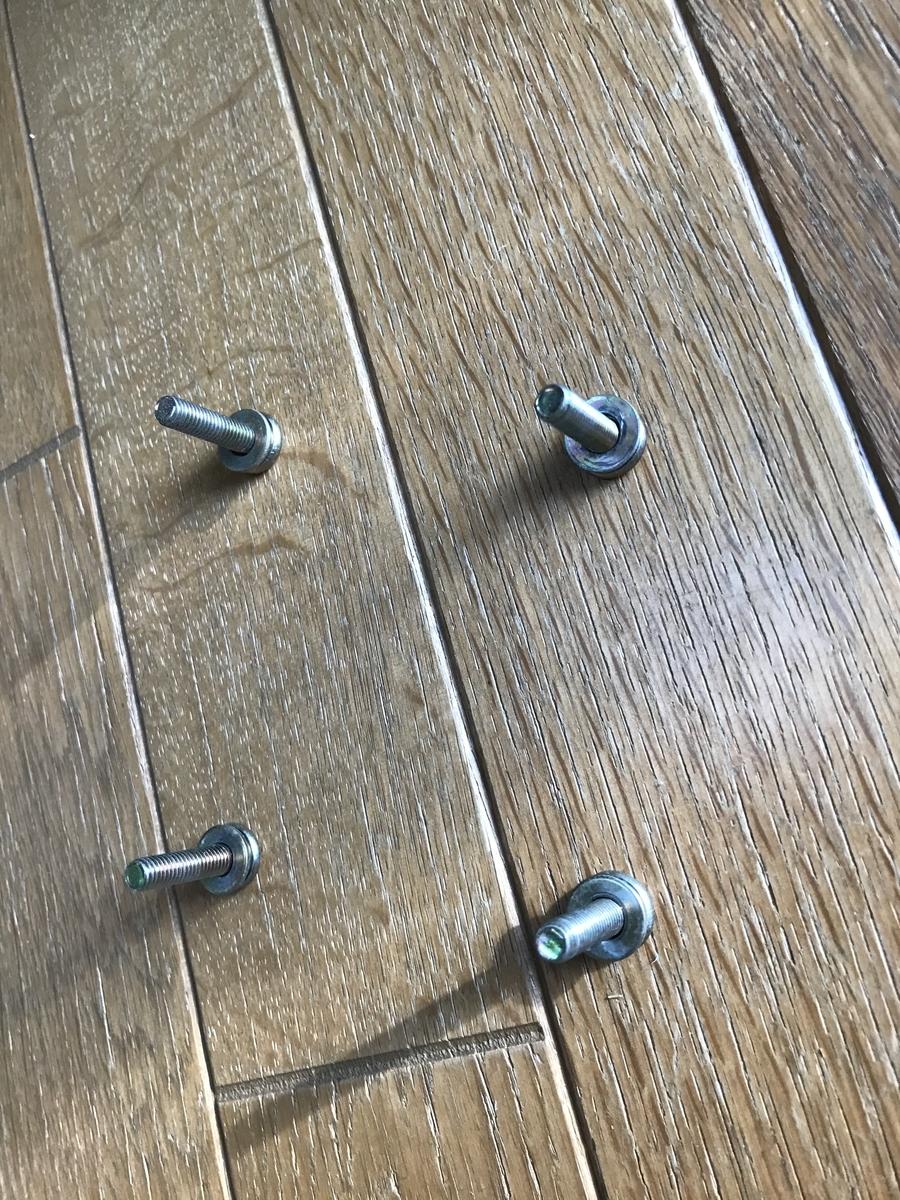同じネジ穴にネジをしめるためにネジを並べてわかるように置いておく
