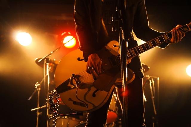 ライブハウスで演奏するギターボーカル