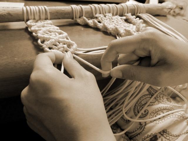 手編みでマクラメを作る様子
