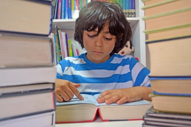 辞書で調べる小学生