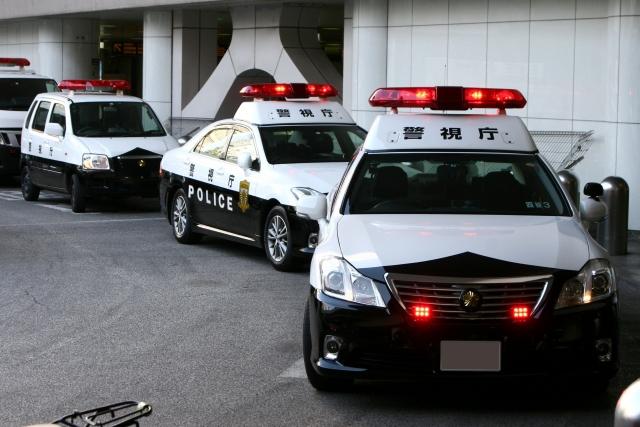 事件現場に到着したパトカー