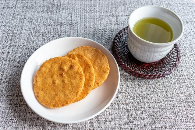 煎餅(せんべい)と緑茶