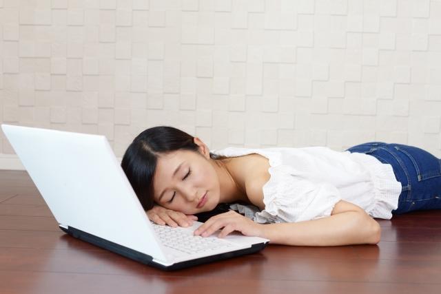 仮眠をとる女性